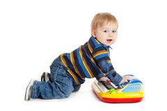 niño-pequeño-y-el-teclado-en-el-fondo-blanco-bebé-divertido-del-muchacho-29577378